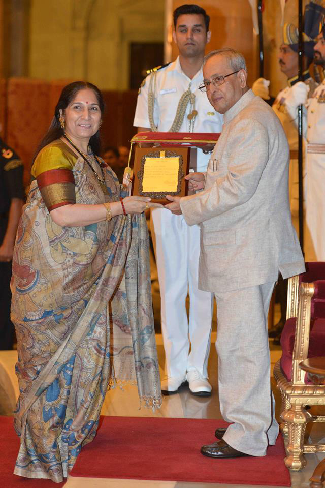 Uma Dogra Receiving award from from President Pranab Mukherjee. Pic: Courtesy Uma Dogra