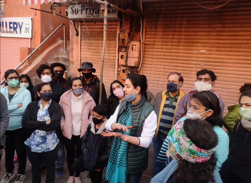 Chandni Chowdhury (centre) with walk participants in the Walled City. Pic: Jaipur Uncharted
