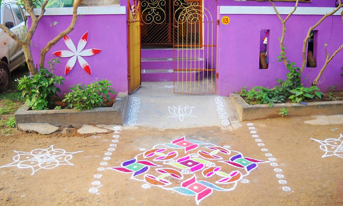 Women make rangolis using rice flour and colours. Pic: Wikimedia
