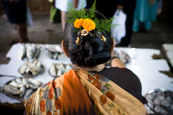 Koli women tie hair neatly in a bun, usually decorated with flowers, as they go about business. Pic: Flickr