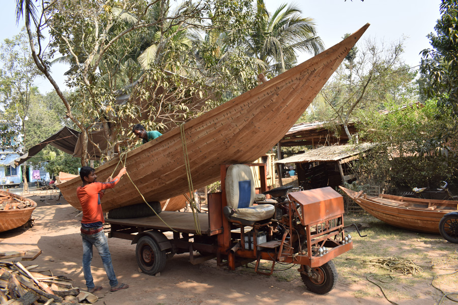 Bengal: Boat makers of sripur Balagarh in Hooghly west bengal struggle to keep afloat the 500-year-old craft wood boat making ganga 30 stades