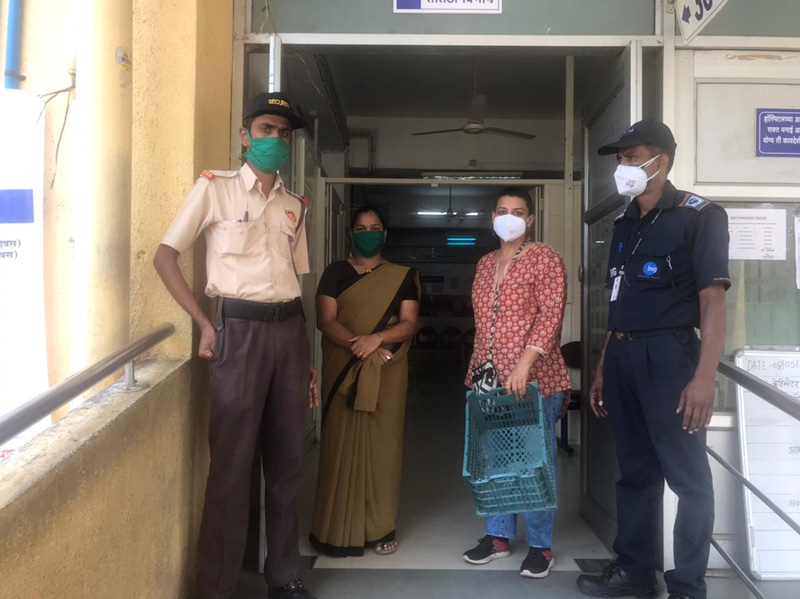 Ronita Ghosh with staff of Pune's Bharati Charitable Hospital after meal distribution