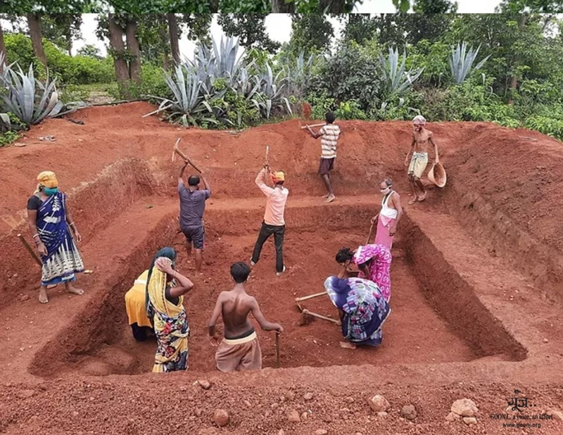 Residents of Sandhiha village, 30 km from Hazaribagh district headquarters in Jharkhand, digging a pond with support from Goonj. Pic: Goonj 30stades