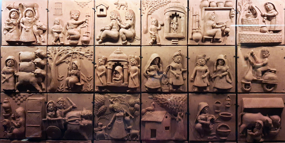 Molela artisans are now making scenes from daily life on the plaques, used for decorating homes, building, museums & other public places. Pic: 30 stades