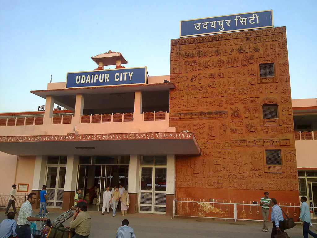 Contemporisation of Molela Terracotta craft: A wall of the Udaipur City station with the craft. Pic: Flickr 30 stades