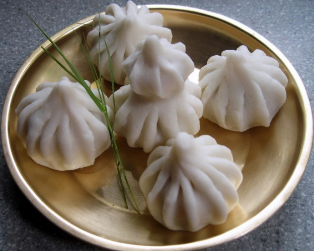 Ukadiche Modak: The traditional steamed modak with an outer covering of rice flour and stuffed with jaggery, coconut, poppy seeds etc. Pic: Flickr 30 stades